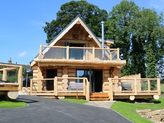 KEEPERS CABIN, open-plan, jacuzzi and hot tub, in Addingham