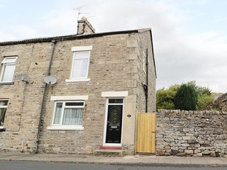 16 CHAPEL STREET, charming pet-friendly cottage with exposed stone, Stanhope