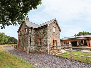 PENGEULAN, detached, woodburner, enclosed garden, hot tub, Capel Bangor, Ref