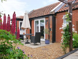 JACK'S CORNER, studio accommodation with WiFi, Roydon near King's Lynn