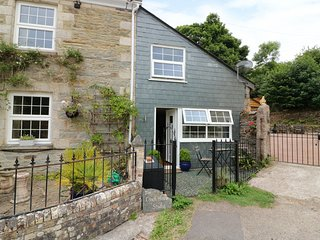 COACH HOUSE STUDIO, open-plan, pet-friendly, in Probus