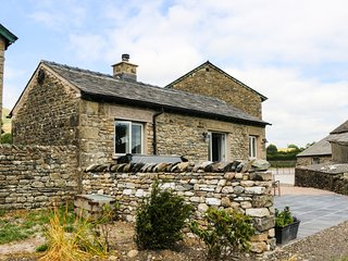 SPEIGHT COTTAGE, open-plan barn conversion with hot tub, Sedbergh