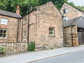 BARLEY COTTAGE, charming cottage with exposed stone, in Whatstandwell