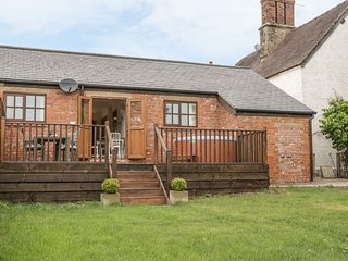 OLD HALL BARNS, hot tub, All Stretton
