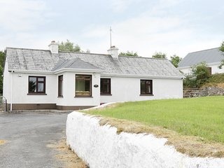 DAFFODIL COTTAGE, traditional cottage with open fire, Sligo