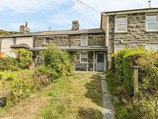 FFYNNON COTTAGE, lovely views, easy access to amenities, in Blaenau Ffestiniog,