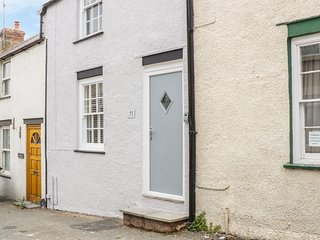 CLOCK COTTAGE, idyllic location, within walls of Conwy