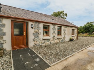 Y DERI COTTAGE, countryside and sea views, open-plan, en-suite