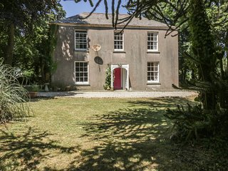 BENHOLE FARMHOUSE, enchanting gardens, Dog Friendly, St. Kew Highway