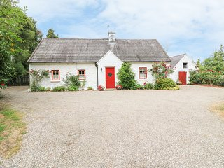 O'NEILL'S, pet-friendly cottage, open fire, rural setting, garden, Dundrum Ref