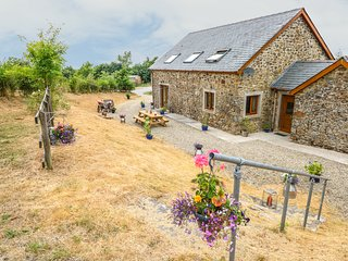 PENYLAN BARN, perfect for families, in Carmarthen