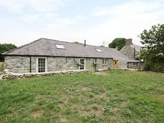 BEUDY'R WENNOL, converted barn with exposed beams and stone, Groeslon