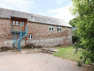 STABLE BARN, open-plan living, near Plymouth