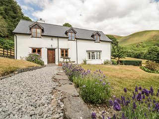 BWLCH Y GARNEDD, rural setting, enclosed garden, near Llangollen, 984727