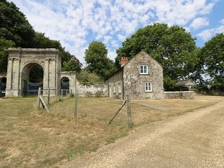 FREEMANTLE LODGE, rural surroundings, near Ventnor