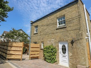 COAST WATCH COTTAGE, open-plan, enclosed courtyard, in Bembridge