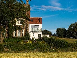 EMBLESTONES, contemporary villa with views, in Embleton