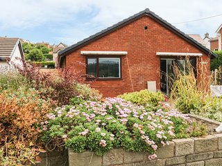 3 TREM AFON, hot tub, open-plan, near Conwy