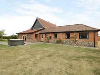 UPPER BARN ANNEXE, barn conversion, countryside views, Harleston three miles