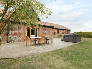 UPPER BARN ANNEXE, barn conversion, countryside views, Harleston three miles