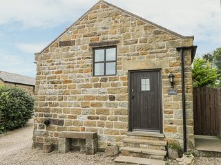 DAIRY COTTAGE, romantic, character holiday cottage, with open fire in Staintonda