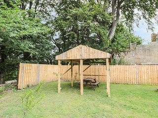 4 STANHOPE CASTLE, open-plan, hot tub, pleasant views, in Stanhope