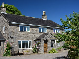 PADDOCK HOUSE, open fire, patio area, pet friendly, countryside views, in Ashbou