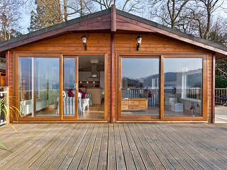 LODGE ON THE LAKE, beautiful lakeside position, en-suite, on-site facilities