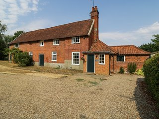 GARDENER'S COTTAGE, pet-friendly cottage with woodburner, garden, in Hadleigh Re