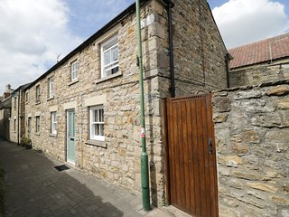 RAVEN COTTAGE, pet friendly, enclosed garden, modern decor, in Barnard Castle