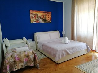 Romantic Blue Queen Room-Sleep 2, AC, WiFi , 10 Minutes to Venice