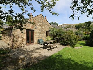 WILLOW COTTAGE, pet friendly, character holiday cottage, with a garden in Giggle