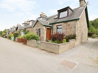 DISTILLERY COTTAGE, two woodburners, enclosed garden, pet-friendly, near Aberlou