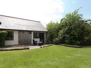 HONEY BEE COTTAGE, king-size four poster, en-suite, garden in Bradworthy Ref 180