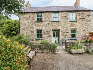COED CADW COTTAGE, quaint cottage, woodburner, parking, garden, in Fishguard