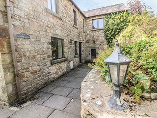 ROWAN HOUSE, pet friendly, character holiday cottage, with a garden in Giggleswi