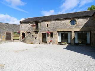 WEST CAWLOW BARN, family friendly, character holiday cottage, with a garden in H