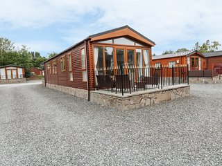 CRUACHAN LODGE, open-plan living. views of Ruthvan Water, 100 acres of woodland,
