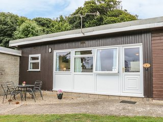 6 BUCKLANDS, beach nearby, open-plan, holiday park facilities, Ref 974405