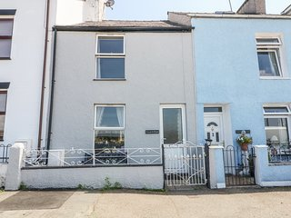 GLAN Y DON, tiered garden, views over Menai Strait, vibrant location, in Y Felin