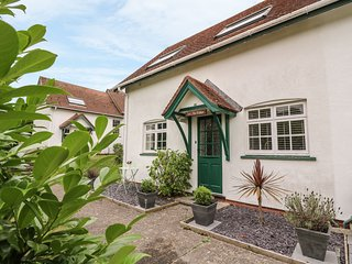 OAK TREE COTTAGE, easy access to seaside, private patio, two bedrooms, Aberporth