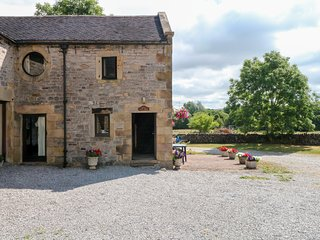 EAST CAWLOW BARN, family friendly, character holiday cottage, with a garden in