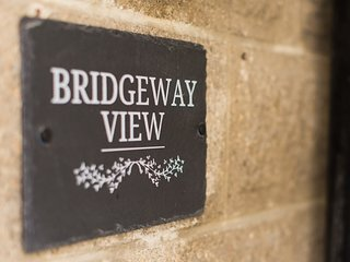 BRIDGEWAY VIEW, two-storey apartment, WiFi, enclosed patio, town location, in Pa
