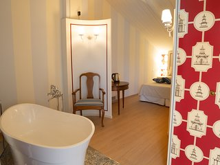 Maison Petit Perlage: The Pinot Noir Room - Champagne bath? Why not!?