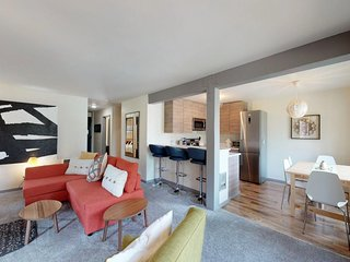 Cozy condo close to skiing, hiking & biking trails, and the Truckee River