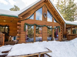 Modern & elegant wood cabin w/sweeping views & close to skiing