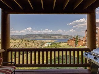 NEW LISTING! Well-situated condo w/ lake view & shared pool - near ski resorts