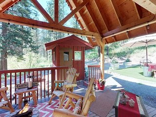 Private log cabin in the woods, WiFi, Hot Tub, Fido OK, minutes to town