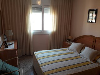 Privat Room for 2~3, close to beach, theme park and train station. Shared bath.