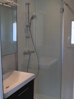 Salle de douche, WC séparé.